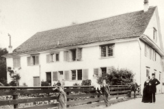 Die Pfarrfamilie Wolfensberger vor dem Pfarrhaus, 1882