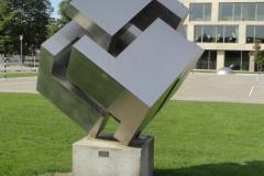 «Gewinkelte Hand mit angelegtem Daumen»,  Schulanlage Oescher. Seit Sommer 1972.